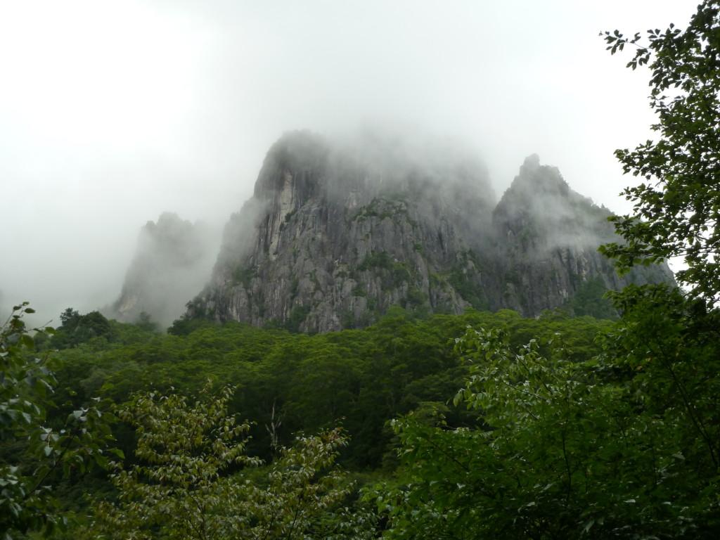 錫杖岳 前衛壁 ・・・左方を登ります。